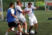 Chelsea Cup 2014 ovládli hráči FC Holice (v bílém).