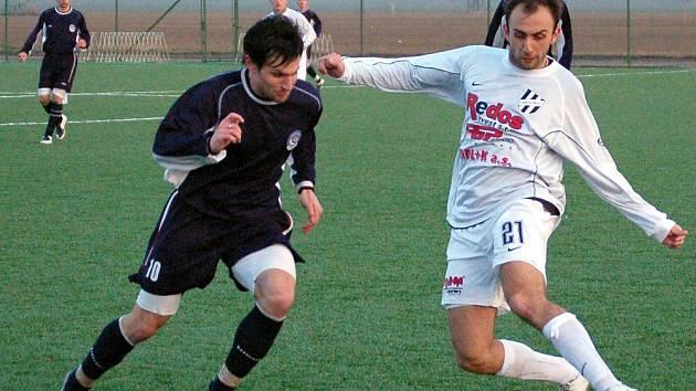 Petr Krutý z HFK v souboji s Rohovským z týmu 1. FC Slovácka B.