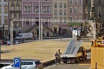 Stavba kluziště na Dolním náměstí v Olomouci