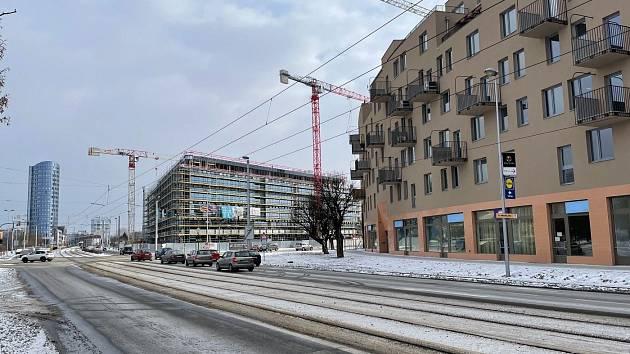 Výstavba na třídě Kosmonautů a třídě 17. listopadu v Olomouci - únor 2021. V popředí vpravo bytový komplex Šantova, za ním Envelopa Office Center