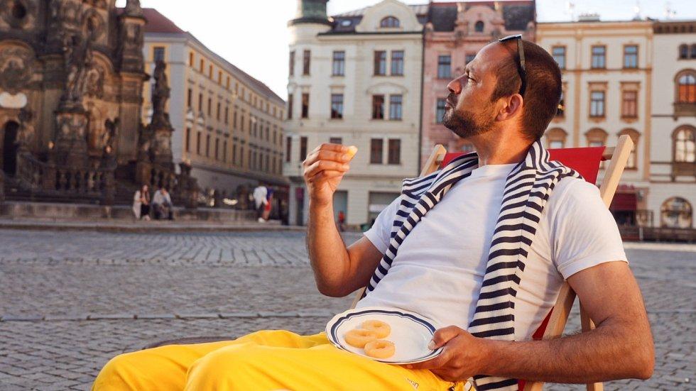 Olomouc – léto na pohodu. Radnice láká turisty i novým spotem. Záběr z videa