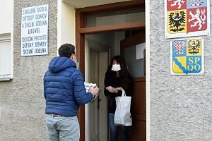 Triatlonista Tomáš Slavata z Prahy rozváží do dětských domovů dezinfekci či sladkosti, 31. 3. 2020