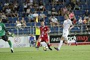 Olomoučtí fotbalisté (v červeném) remizovali se Slováckem 0:0Pavel Moulis (v červeném) a Josef Divíšek (v bílém)