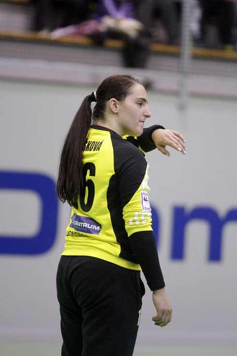 Olomoucké házenkářky (v černém) porazily v prvním utkání série o bronz Porubu 26:21. Lucie Rašková