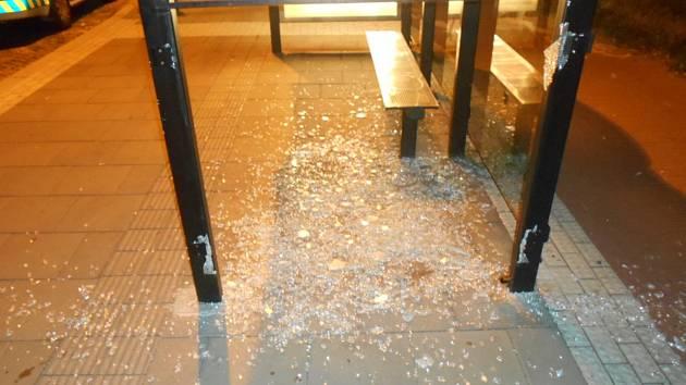 Vandalové poničili autobusovou zastávku