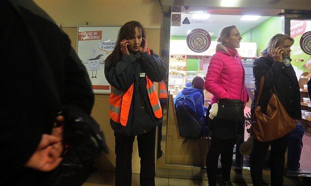 Neděle 29.10.2017 - silný vítr zastavil vlaky, chaos na hlavním nádraží Olomouc