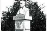 Pomník. Podle návrhu akademického sochaře J. Pelikána zhotovil sochař R. Plíhal z Olomouce pomník Antonína Švehly (první v Československé republice) s nápisy Osud půdy osud národa a Tvůrci pozemkové reformy Antonínu Švehlovi vděčný národ.
