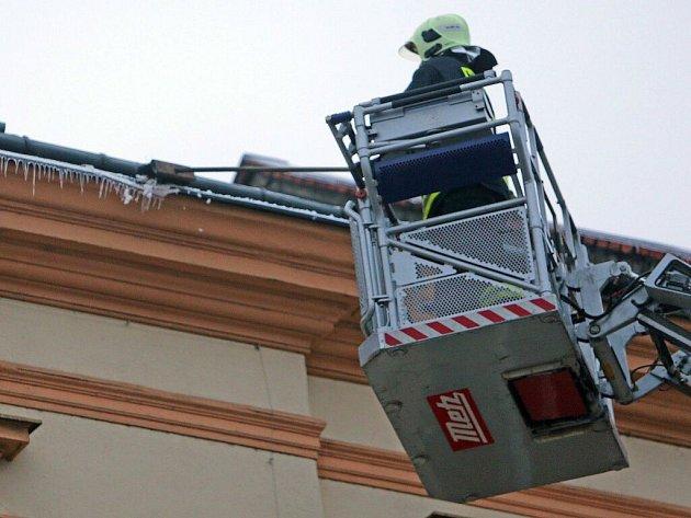 Hasiči sundávají rampouchy a led z budovy ZŠ sv. Voršily v centru Olomouce
