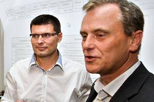 Hejtman a jeho 1. náměstek. Jiří Rozbořil (vpravo) a Alois Mačák při oslavě vítězství v krajských volbách