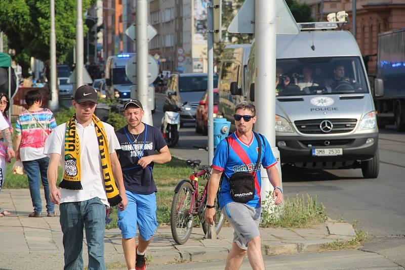 Fanoušci ostravského Baníku pod dohledem policistů rychle vyráží k Andreho stadionu. Jejich vlak měl totiž hodinu a půl zpoždění. Foto: Tomáš Siřinek