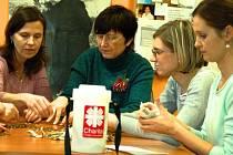 Pracovnice Charity Hranice v úterý 13. ledna odpečetily kasičky, do kterých koledníci vybírali příspěvky v rámci tradiční Tříkrálové sbírky.