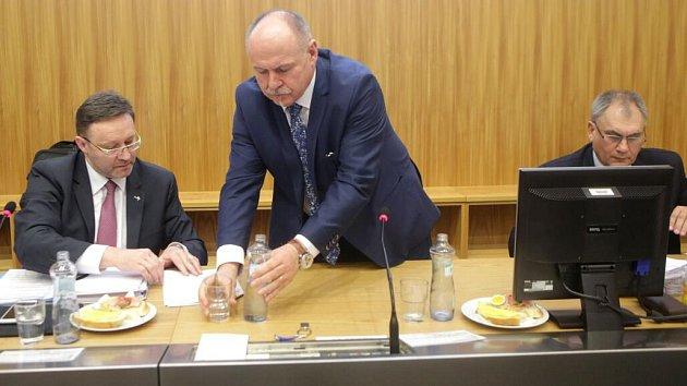 Nový hejtman Ladislav Okleštěk (ANO) a jeho náměstci: vlevo Jiří Zemánek (ČSSD), vpravo Jan zahradníček (ANO)