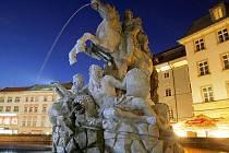 Olomoucká Caesarova kašna v noci. Ilustrační foto