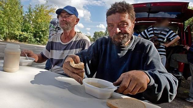 Nízkoprahové denní centrum na kolečkách pod olomouckou charitou nabídlo bezdomovcům zeleninovou polévku