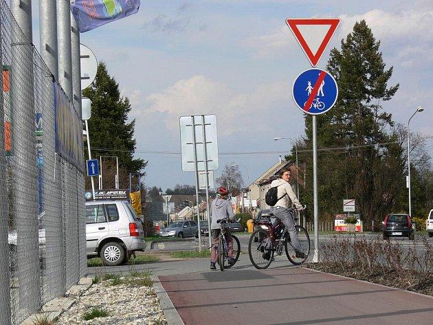 Nebezpečný úsek na cyklostezce v Olomoucké ulici