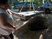 Díru ve Smetanových sadech, kam v létě 2013 propadlo dítě, vzápětí překryl betonový panel