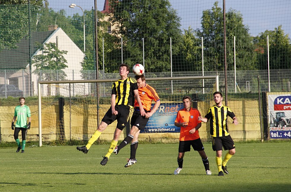Fotbalisté Nových Sadů (ve žluto-černém) porazili Šternberk 3:1.