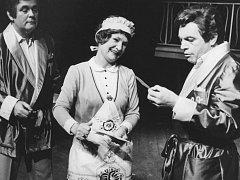 Marie Kahounová, Jiří Čada (vlevo) a Arnošt Svoboda v inscenaci Dvě srdce v rytmu valčíku v roce 1985.