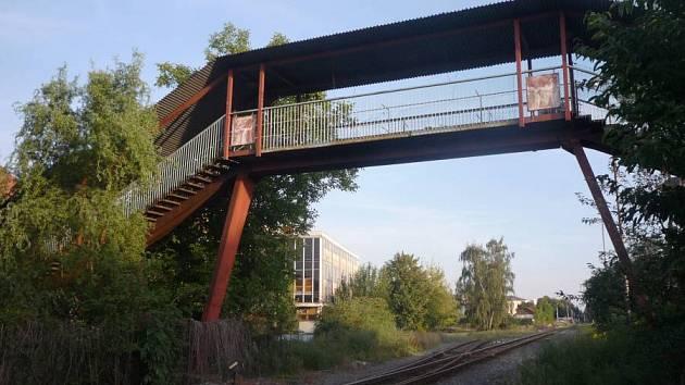 Lávka přes železniční trať spojující ulice Na Trati a Václavkova v létě 2012