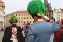 Vojenské hudby přilákaly na olomoucké Horní náměstí zástupy posluchačů. Během celého dne zde probíhají tradiční Oslavy maršála Radeckého.