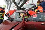 Nehoda auta v Hluchově na Prostějovsku, při které se jeden člověk zranil, druhému museli kvůli zaklínění z auta pomoct hasiči.