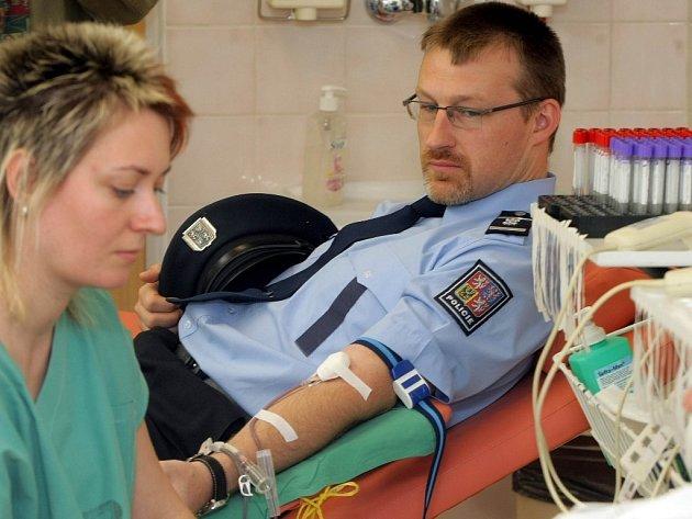 Policisté darovali krev.