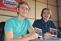 Členové poprockové kapely Hra'n'ice Albert Jeřábek (vlevo) a Tim Slimáček