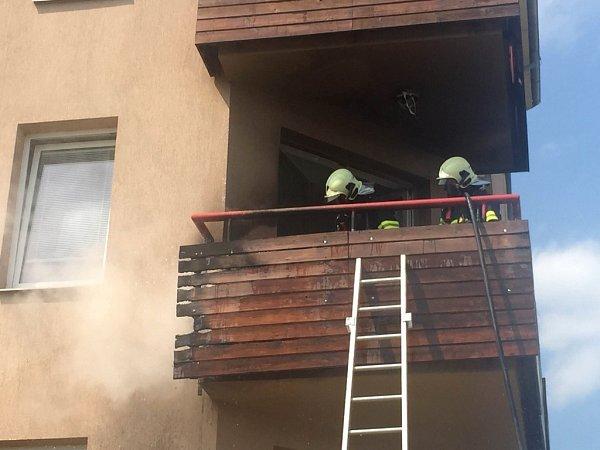 Hasiči likvidují požár na balkoně ve Slavoníně