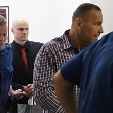 Pavel Flek (uprostřed) a Tomáš Vajner (vpravo) u vrchního soudu v Olomouci