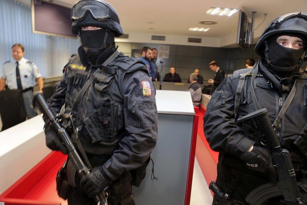 Krajský soud v Olomouci v úterý dopoledne uznal vinnými všech osm mužů obžalovaných v případu takzvané lihové mafie.