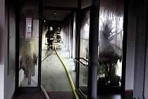 Hasiči zasahují při požáru v Azylovém domě pro rodiče s dětmi v Dalově u Šternberka