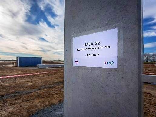 První sloup nové haly G2 v Technologickém parku v Hněvotíně