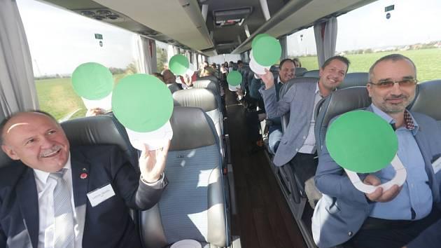 Vlevo Ladislav Okleštěk (ANO), vpravo v popředí Roman Váňa (ČSSD), za ním Radim Sršeň (STAN) a za ním Josef Nekl (KSČM). Kvíz s lídry politických stran během cesty z Olomouce do Přerova