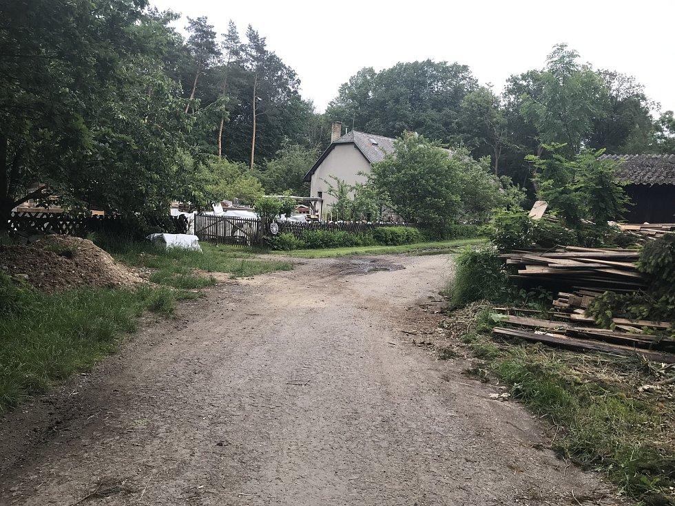 Lesní cestu k Lovecké chatě u Horky nad Moravou zavře oprava. Rekonstruovaný úsek končí za hájenkou na snímku.