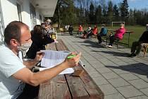 Zastupitelstvo obce Jívová zasedalo na hřišti, 27. dubna 2020