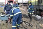 Vykolejená lokomotiva za areálem firmy Zora v Olomouci. Z nádrže unikly tisíce litrů nafty