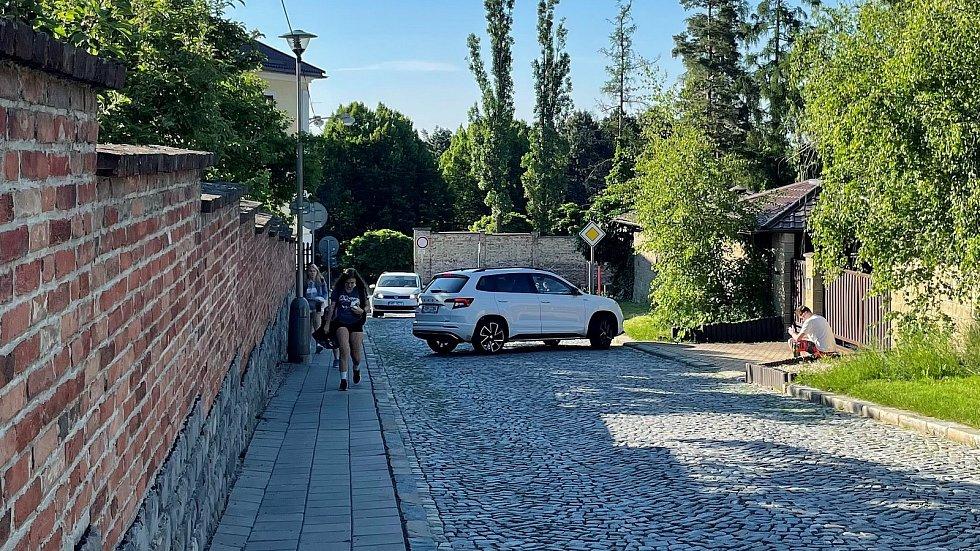 Dopravní situace u základní školy na Svatém Kopečku, ráno před začátkem výuky, 10. června 2021