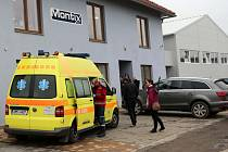 Unikající oxid uhelnatý přiotrávil v pondělí po deváté hodině ráno dvanáct zaměstnanců firmy Montix, a.s. v Horce nad Moravou, kteří byli odvezeni do Fakultní nemocnice Olomouc k následné péči.