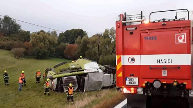 Poblíž Moravského Berouna se v pátek v podvečer převrátil kombajn do příkopu. Na jeho vyproštění pracovali hasiči ještě v sobotu několik hodin. Řidič kombajnu se zranil.