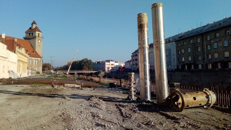 Stavba protipovodňových opatření mezi mostem na Masarykově třídě a evangelickým kostelem. Začátek října 2018