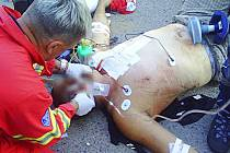 Záchranáři zasahují u zraněného muže