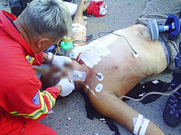 Záchranáři zasahují uzraněného muže