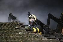 Požár střechy rodinného domu ve Střeni