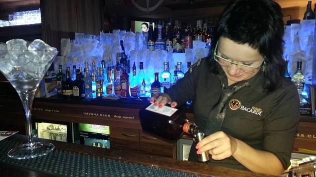Příprava drinku v olomouckém koktejlovém baru OSA