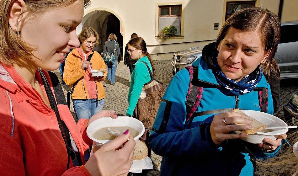 """""""Bezdomovecká polévka"""" podává v centru Olomouce v rámci Dnů proti chudobě"""