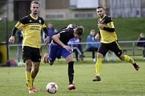 Fotbalisté Nových Sadů (ve žlutém) porazili Kozlovice 3:1David Škoda (vlevo)