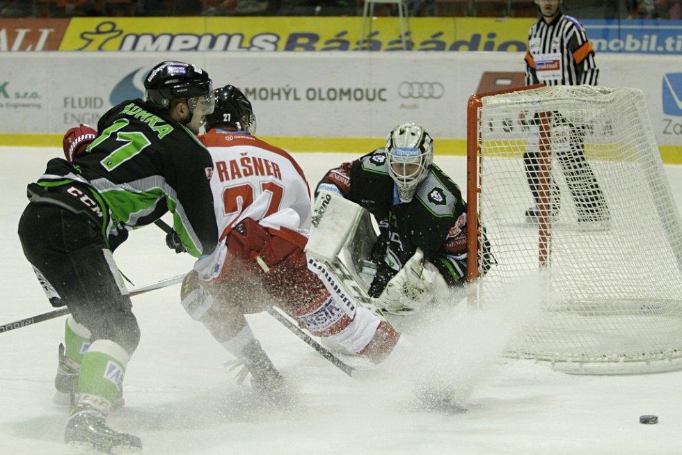 Olomoučtí hokejisté (v bílém) podlehli Mladé Boleslavi 2:4.