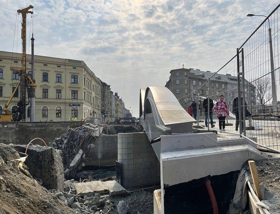 Stavbaři již odstranili původní část mostu na Masarykově třídě v Olomouci, 21. dubna 2021