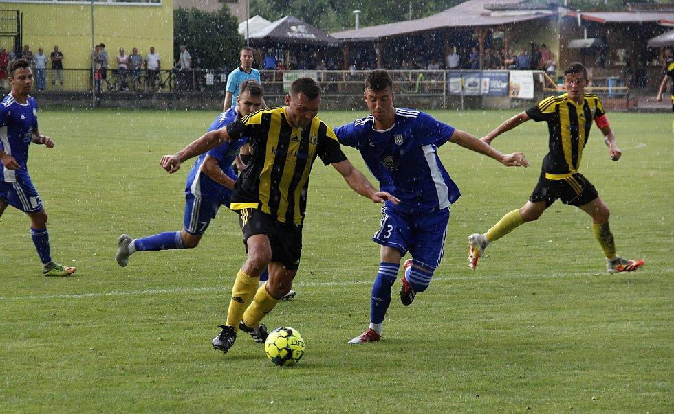Josef Drábek (s míčem)