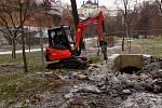 Bourání protileteckého krytu v Bezručových sadech v Olomouci